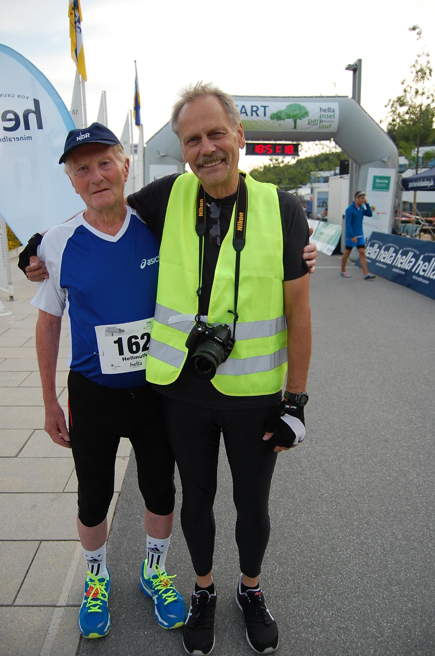 1. hella Inselparklauf: der wohl älteste Teilnehmer, Hellmuth Rößler (M85!), mit Streckenvermesser Wolfgang Timm