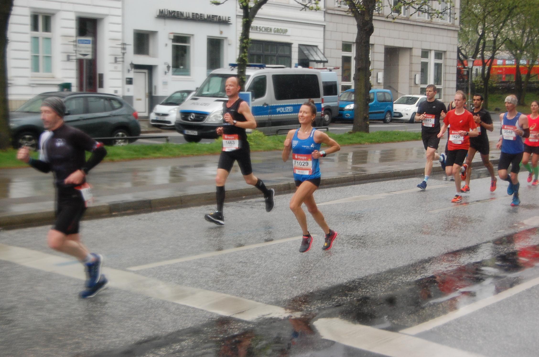 34. Haspa Marathon Hamburg: Hotel Atlantic / km 17 - führende Deutschen bis Uhrzeit 10:41:30